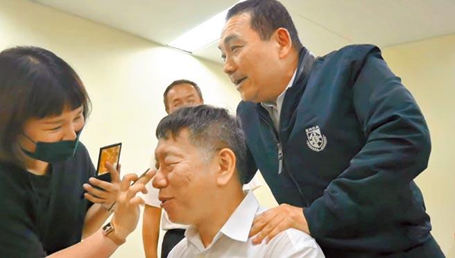 雙北市成功申辦2025世界壯年運動會,台北市長柯文哲22日在臉書釋出與新北市長侯友宜拍攝宣傳影片的花絮,2人互動讓不少網友感到相當有趣。(摘自柯文哲臉書)