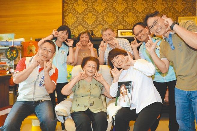 嘉義市長黃敏惠(前排右)拜訪百歲人瑞林黃勤阿嬤(前排中),大家開心與阿嬤同喜慶百歲。(廖素慧攝)