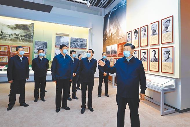 10月19日,大陸國家主席習近平(前)等黨和國家領導人,參觀抗美援朝70周年主題展覽。(新華社)