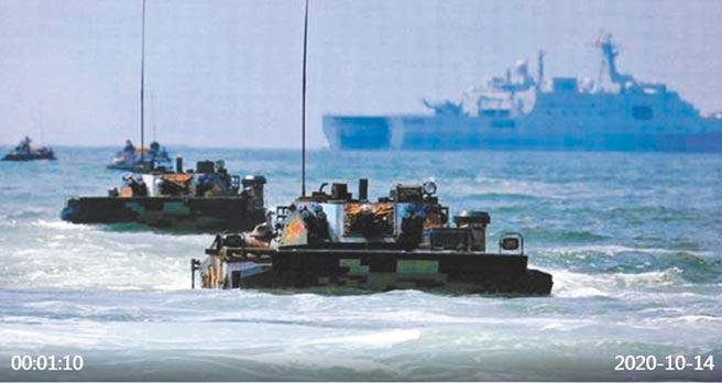 大陸央視播放解放軍海軍陸戰隊兩棲登陸作戰相關演訓畫面。(取自央視)