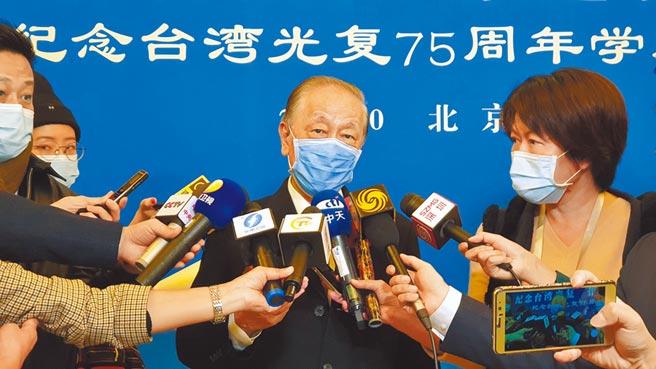 新黨主席郁慕明23日出席北京紀念台灣光復75周年研討會,表示計畫號召百萬青年上街「反戰爭」。(藍孝威攝)