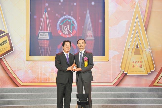 國泰人壽勇奪第17屆國家品質玉山獎2座「全國首獎」,劉大坤資深副總經理從副總統賴清德手中接下獎盃。(國泰提供)