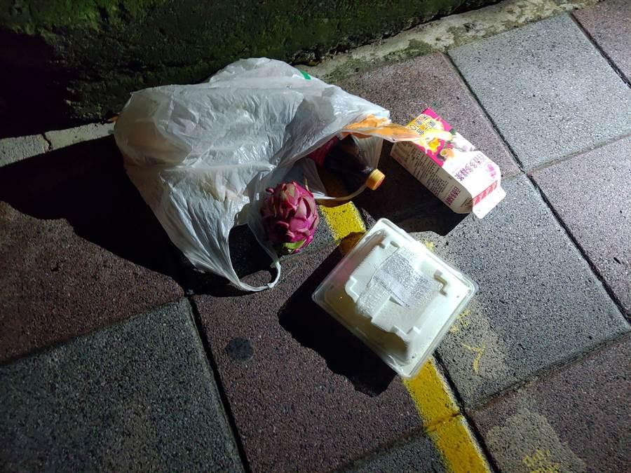 46歲秦姓男子22日晚間10時許,於新北市新店區中央路某便利商店內偷竊價值512元的物品。(翻攝照片)