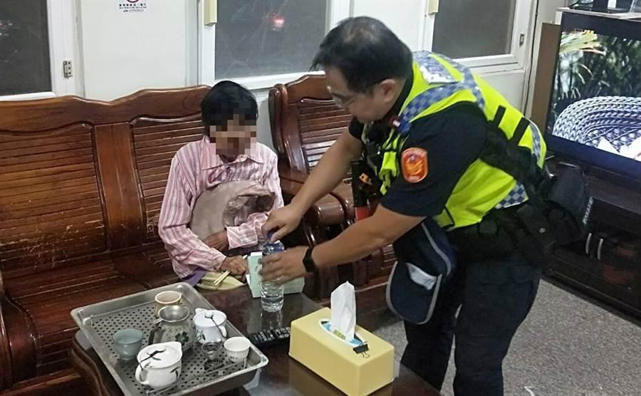 72歲的曾姓阿嬤,早上從南投竹山騎機車出門買菜,不料迷路到50公里外的大里,員警提供飲用水及餐盒讓阿嬤在派出所內食用及休息。(霧峰分局提供/黃國峰台中傳真)