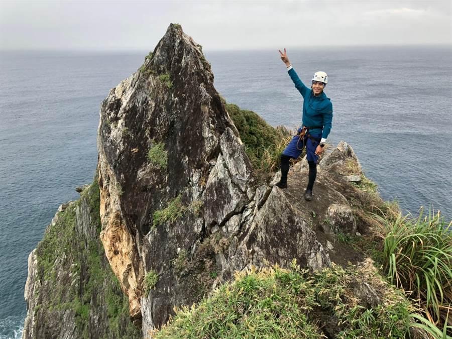 唐振刚克服脚程上的险峻,成功攻顶「乌岩角」。(八大提供)