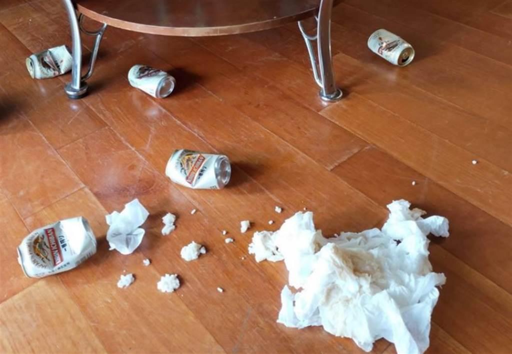 4名山友退房後,留下滿地啤酒罐,把房間搞得凌亂不堪。(翻攝臉書)