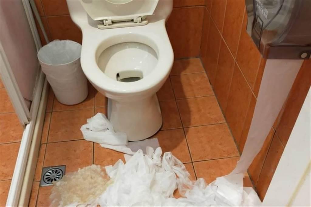 浴室裡一大坨衛生紙吸滿了水,呈現黃色汙漬。(翻攝臉書)