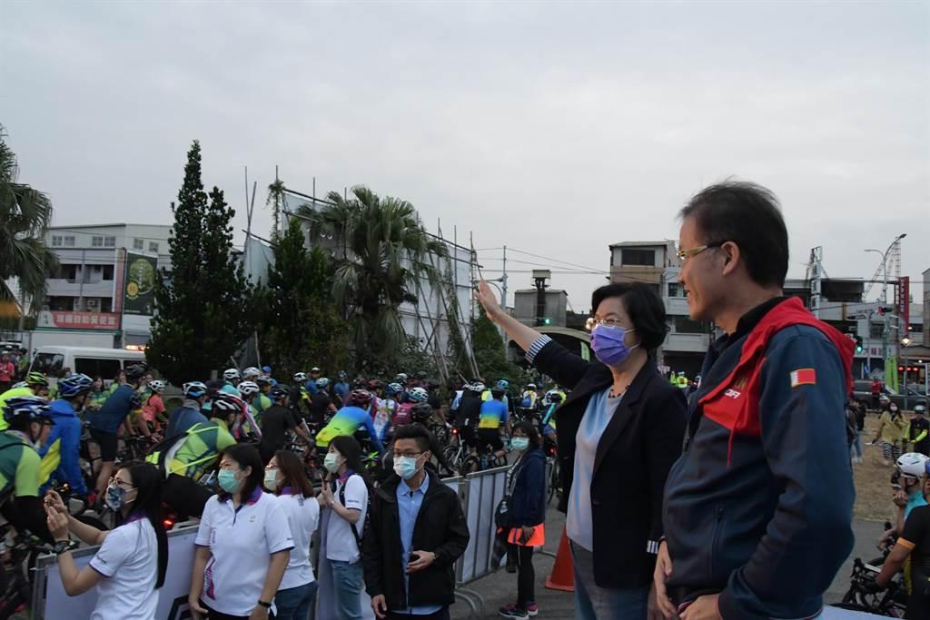 彰化縣長王惠美、美利達自行車行銷本部副總鄭文祥等與來賓一同為選手們鳴笛。(謝瓊雲攝)