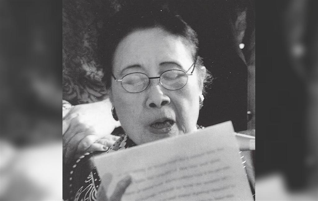 圖為1995年7月26日,宋美齡重訪國會山莊發表簡短談話,重溫其52年前向眾院演說的盛況。98歲的宋美齡樂不可支。(蘇宗顯攝)