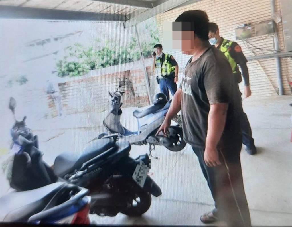 員警發現南姓男子時,男子裝傻不斷在門外猛抽菸拖延時間。。(圖/戴志揚翻攝)