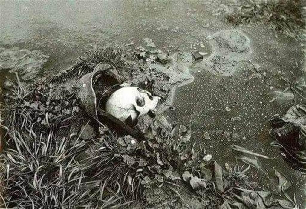 連勝文在臉書貼出一張陣亡軍人遺骸照片表示,他第一眼看到時,十分震撼。(翻攝連勝文臉書)
