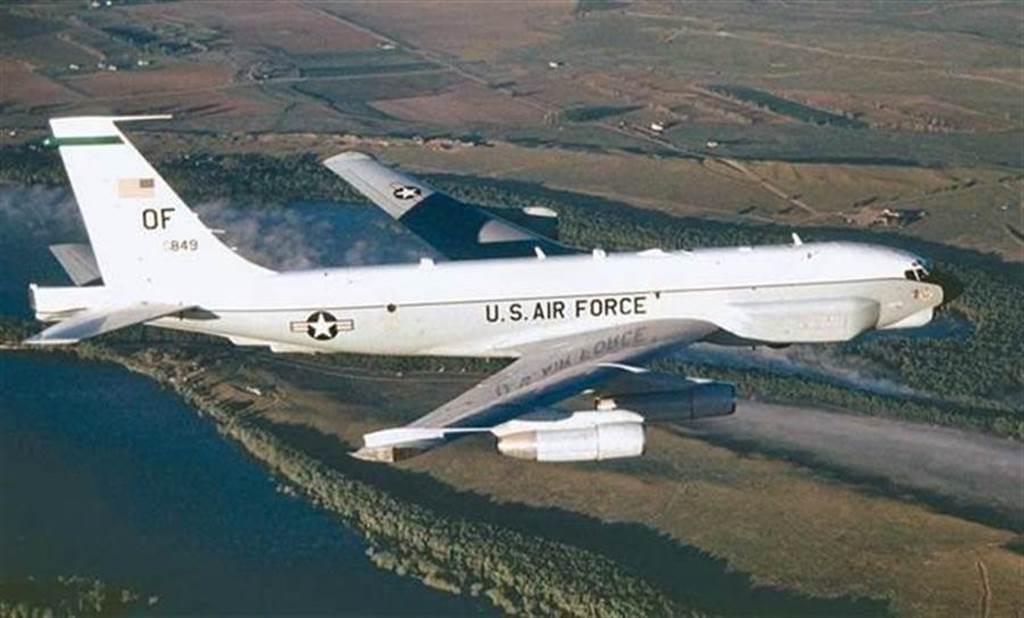 胡錫進在微博發文認為,若美軍飛越台灣屬實,共機將會飛臨台灣,為統一台灣邁出重要一步。但是網民似乎都認為美軍早已飛越台灣,並以此消遣博主。(圖/美國空軍)