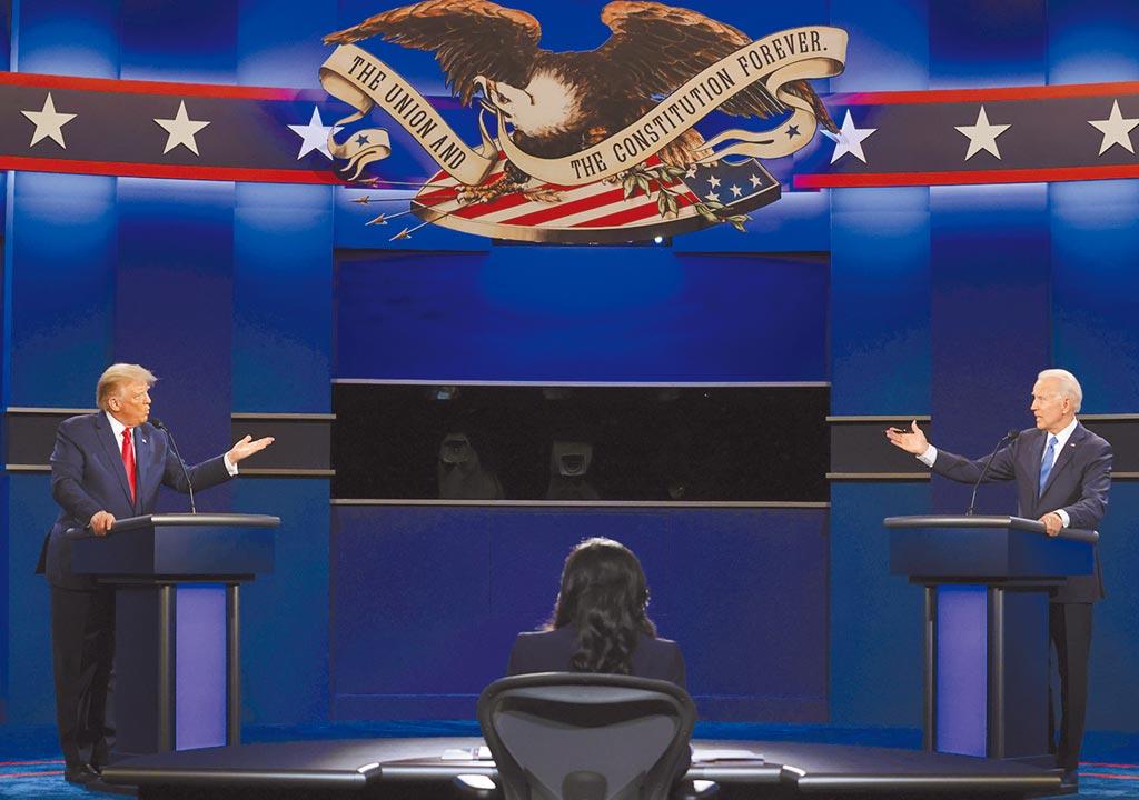 美國民主黨總統候選人拜登(右)和川普總統(左)22日在田納西州納許維爾市的貝爾蒙大學,進行大選前的最後一場總統候選人辯論。(美聯社)