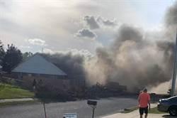 美海軍教練機墜毀撞民房釀2死 現場一片火海