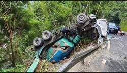 新北坪林混凝土預拌車自撞護欄 墜邊坡車身全毀