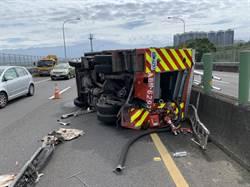 竹縣消防車遭油灌車撞翻 消防設備噴滿地 2人送醫
