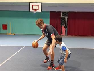 排球國手鄧政偉變身孩子的「吹夢巨人」 孩子們都超愛他!