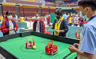 學生工程創意競賽,機器人場上比踢足球走路徑探險