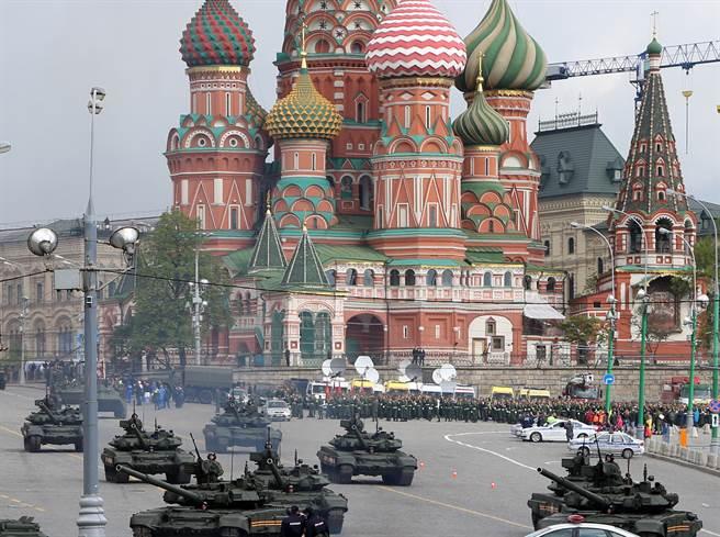 普丁談俄陸軍事同盟可能性,「每日郵報」則大膽預測聯手後的兩國足以碾壓美軍。圖為俄國閱兵預演。(圖/shutterstock)