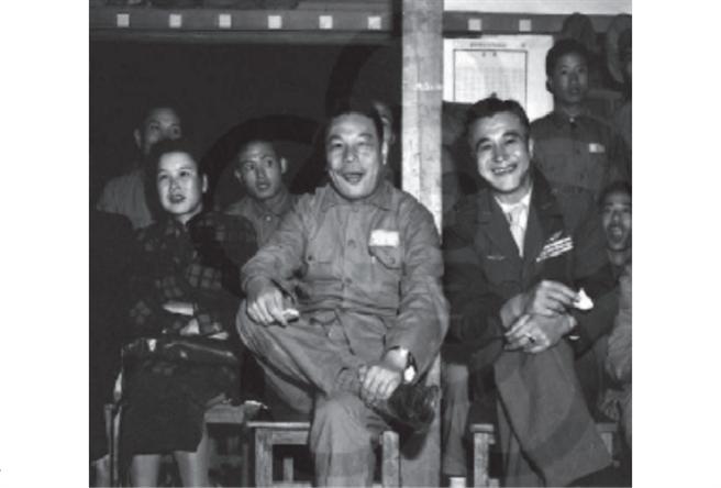 蔣經國透過當年的總政治部副主任胡偉克(前右)找上李次白擔任談和密使。(圖/僑協雜誌)