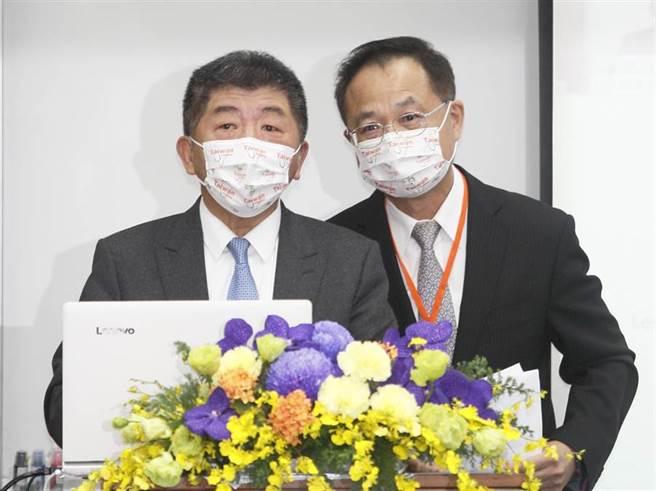 中央流行疫情指揮中心指揮官陳時中(左)24日出席 「2020台灣全球健康論壇」時表示,帛琉要求的措施相當嚴格,入境後要居家檢疫7天,前後都要檢驗,當地醫療量能吃緊,若有狀況恐難以控制,因此決定暫緩實施,今年要成行機率相對低。(張鎧乙攝)