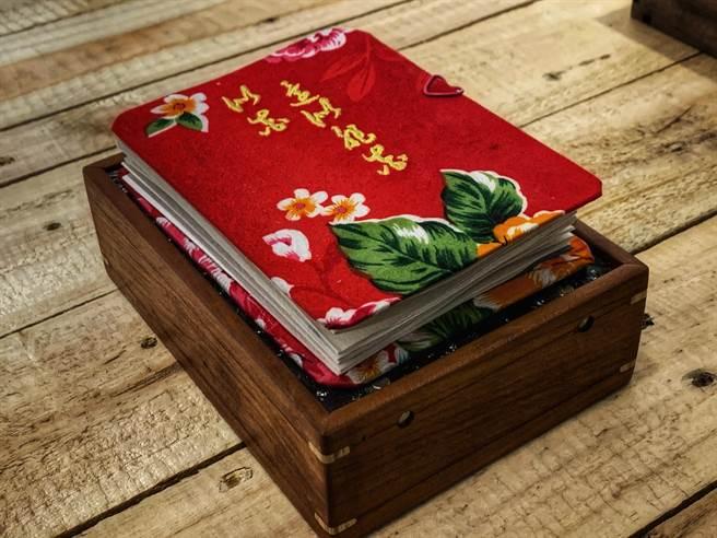 劉耀斌展出的手工書。(鄧博仁攝)