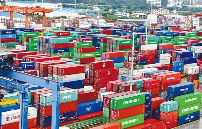 大陸是疫情下開發中國家唯一經濟亮點,但無法像金融海嘯後帶動其他新興市場。圖為堆滿貨櫃的廈門碼頭。(中新社資料照片)