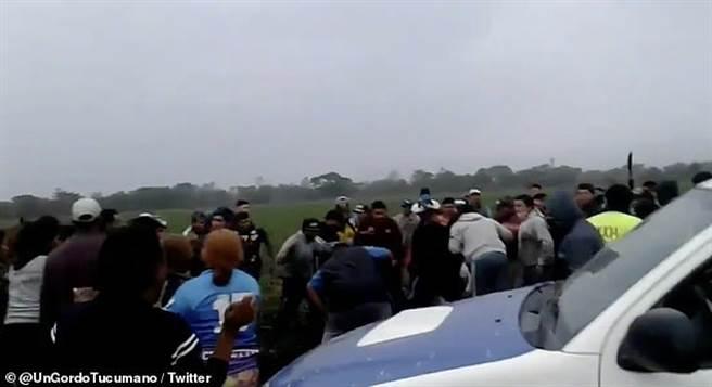 阿根廷一位25歲男性因姦殺少女引起公憤,被500位鄉民毆打致死。(翻攝推特)