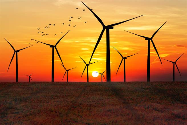 黃昏時分鳥群繞開風力發電機飛行的剪影。(達志影像/shutterstock)