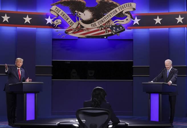 川普(左)與拜登(右)在美國總統大選電視辯論最終場時交鋒。(美聯社資料照片)