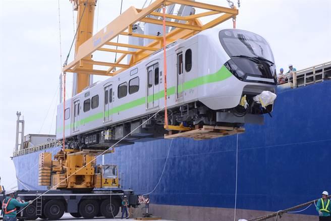 EMU900型通勤电联车缓缓从货轮吊往码头。(王志伟摄)