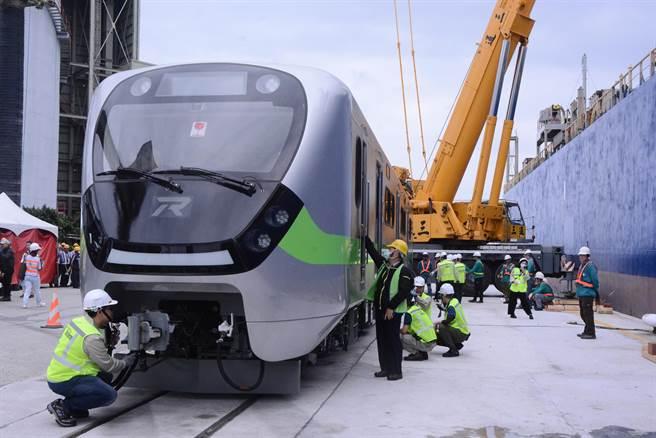 EMU900型通勤电联车下放置码头,台铁检视装备移往花莲车站。(王志伟摄)