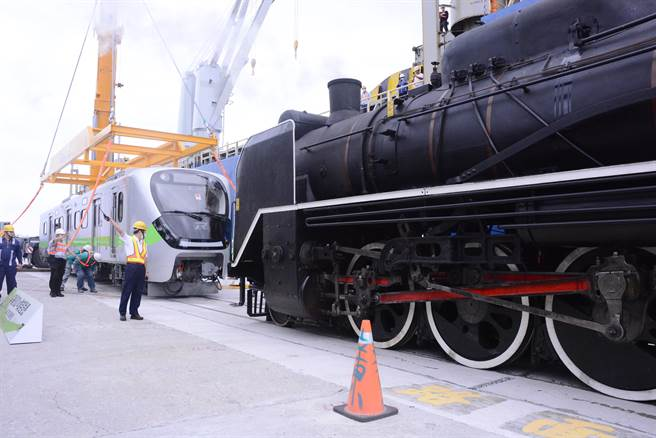 9岁的国王蒸汽火车前往码头迎接「新生儿」新型通勤电联车,象徵「老干新枝」传承意味。(王志伟摄)