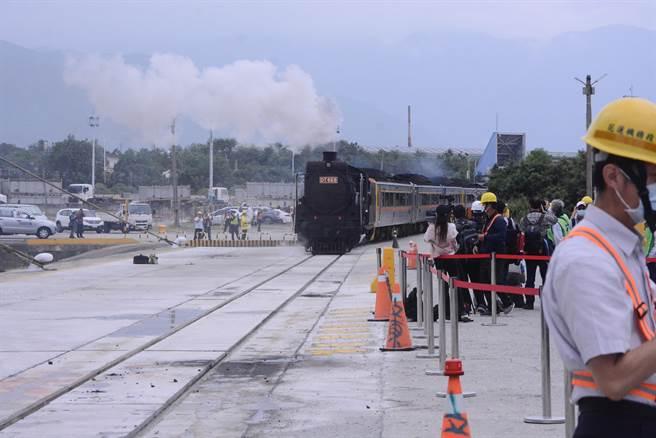 铁道迷争相一睹老火车头风采。(王志伟摄)