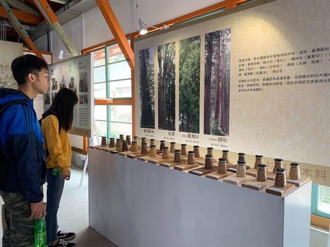 文資局舉辦「匠作築薪‧2020文化資產保存技術展」,展場中陳設不同木料,邀民眾來品聞。(林欣儀攝)