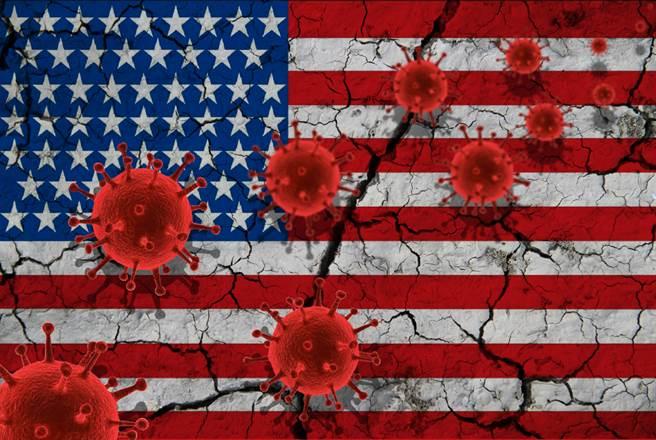 就在辯論後一日的23日,美國單日確診首次突破8萬,更創下疫情爆發以來的單日確診最高紀錄,打臉川普的「疫情正在遠離」一說。(示意圖/達志影像)