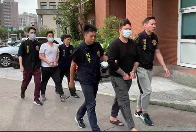 2名王姓男子在街頭圍毆邱姓男子,甚至持槍恫嚇,遭警方逮捕送辦。(蔡依珍攝)
