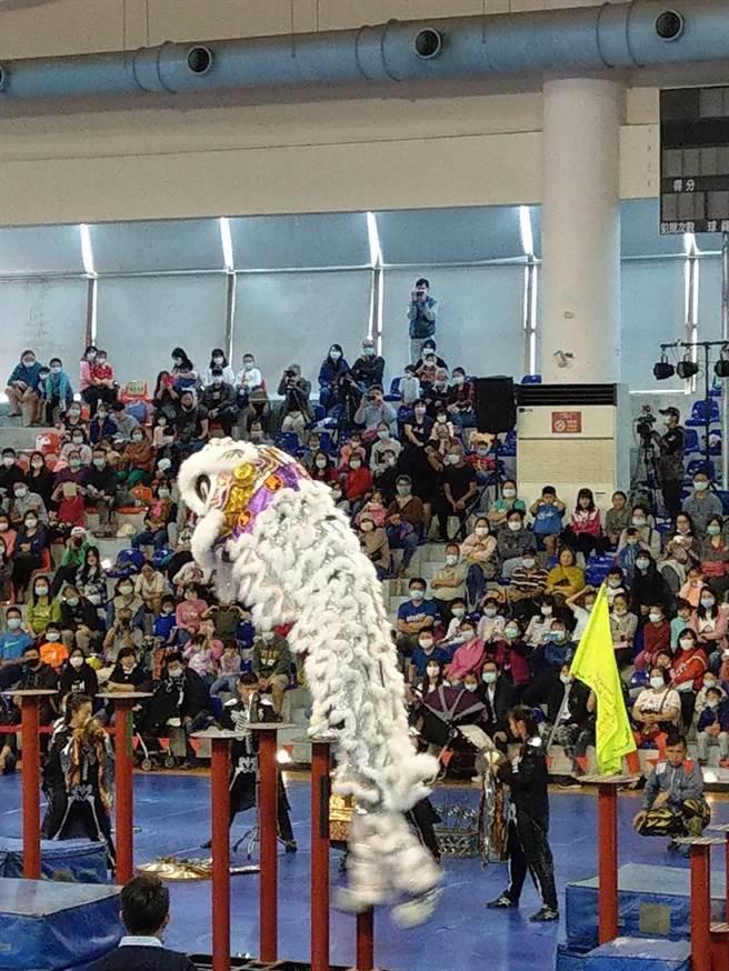 今年泰山獅王爭霸戰,由基隆長興呂師父龍獅團以高超技藝順利拿下5連霸。(李俊淇攝)