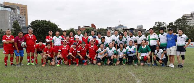 台大橄欖球校隊75周年隊慶,台大橄欖球隊和台大醫學橄欖球隊歡樂同聚。(季志翔攝)