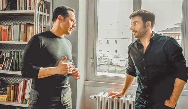 艾多阿爾多里奧(右)在《幸運女神》中與戀人史蒂芬努阿科西同居15年,當年天雷勾動地火的愛情逐漸淡去。(海鵬提供)