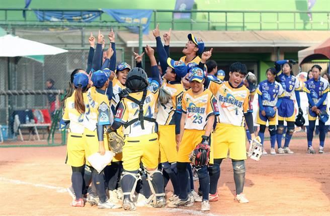 新世紀黃蜂再次逆轉獲勝,打進總冠軍賽,球員們歡欣鼓舞慶賀。(中華壘協提供/廖德修台北傳真)
