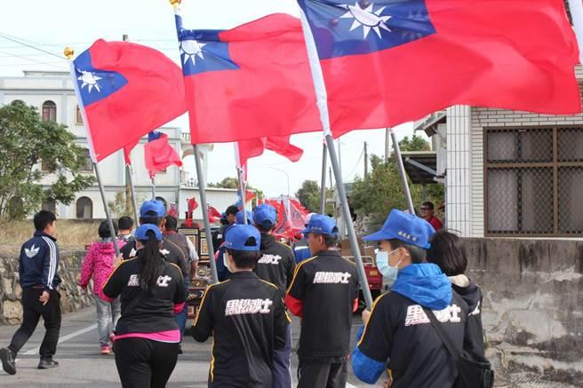 青天白日滿地紅國旗隨風飄揚,是李光前將軍遶境巡安的一大特色。(李金生攝)