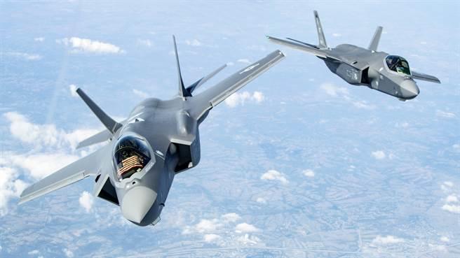 以色列可能因为美国同意销售「重磅军购」,而「含泪同意」美出售「某些武器」给UAE。图为进行例行操演的美军F-35。(图/DVIDS)