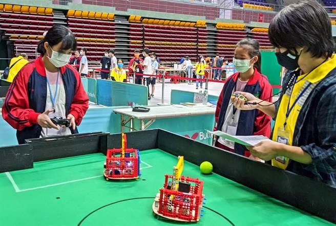 「2020年全國國鼎盃工程創意競賽」24日在屏東縣立體育館登場,共有來自全國9個縣市、189支隊伍同場競技。圖為學生以機器人比賽足球。(潘建志攝)