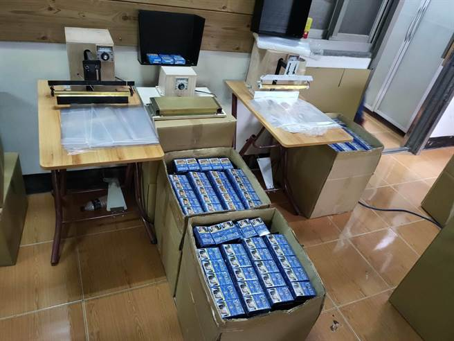 專案人員查扣近2萬包私菸。(海巡署提供/陳鴻偉台北傳真)