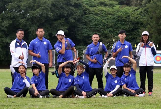 協會青年隊包辦中華企業射箭聯賽2年男、女天團榮銜。(企業射箭聯盟提供/廖德修台北傳真)