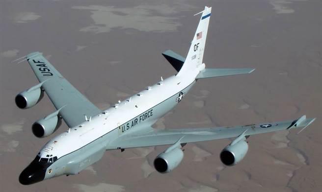 美國太平洋空軍對台媒否認了RC-135W偵察機飛越台灣的消息,大陸專家分析美軍急於澄清有3種可能性。(圖/美國空軍)