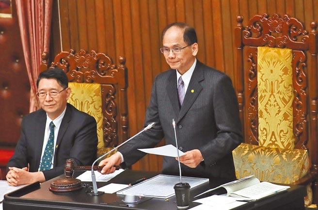 立法院會23日由院長游錫堃(右)敲槌通過「紓困3.0」特別預算追加案,規模2100億的特別預算減列5300萬。(張鎧乙攝)