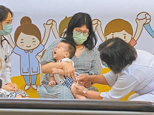 北市立聯合醫院自24日起,在各院外門診部加開周六上午嬰幼兒疫苗診,每診提供100劑疫苗,全數供應給嬰幼兒施打。(本報資料照片)