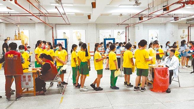 北市各級學校收到教育局通知,將有不夠打的情形,施打順序為身心障礙學生、再由低年級開始施打到高年級,此圖與本事件無關。(本報資料照片)